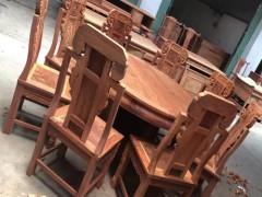 出售象头餐桌配八把椅子