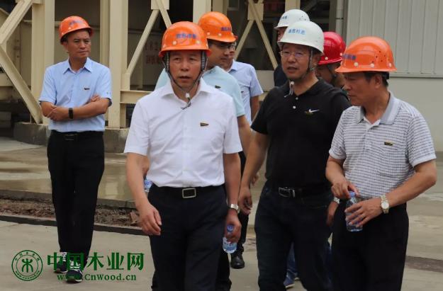 集团董事长陆铜华、副总裁马同华一行悄悄走进工厂车间,看望慰问正在一线岗位辛勤工作的家人,了解生产线的进度情况。