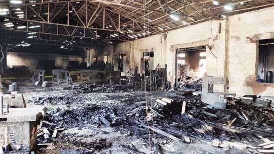 海口苍西村一木材加工厂起火 不少红木被烧成黑炭