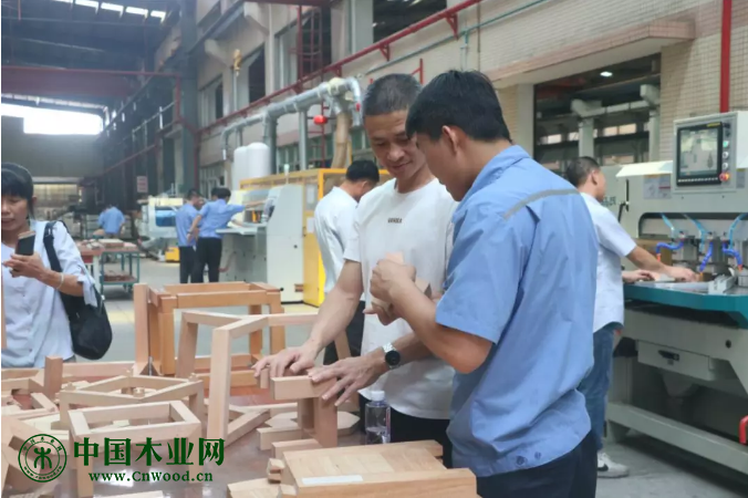 参观厂房和木工机械设备