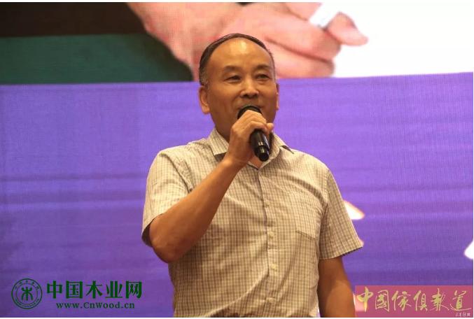 河北省工信厅工业消费品处调研员董伟发表重要讲话。