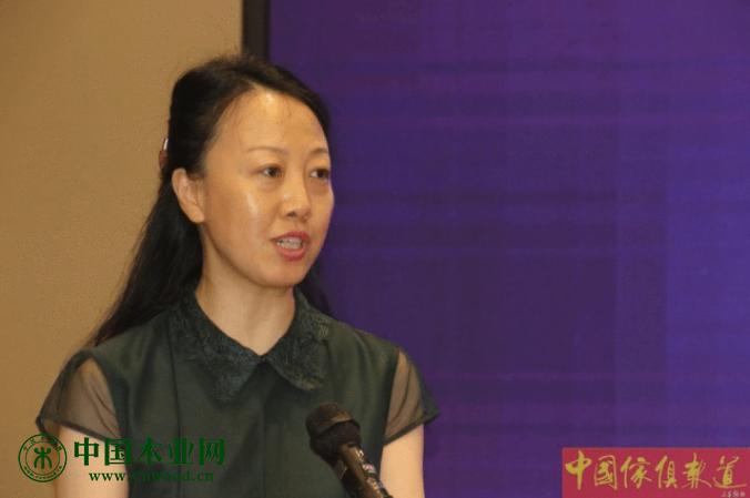 中国家具协会副理事长屠祺女士,在开幕式上致辞。