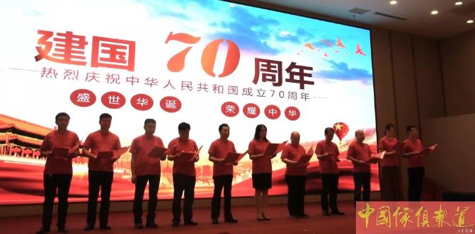 河北省家具协会理事长李凤婕与贾然、孙双岐等10位家具企业家走上舞台,深情地朗诵了诗歌《我的祖国》。