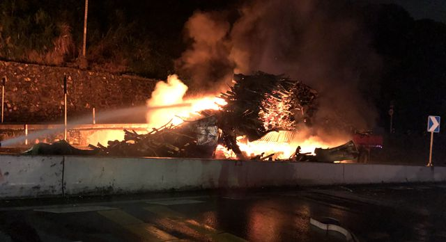 装载木材货车起火,消防紧急扑救