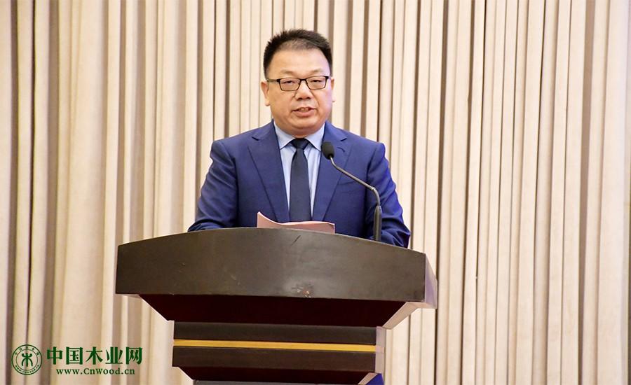 中国木材与木制品流通协会全屋定制分会常务副秘书长王金华主持峰会