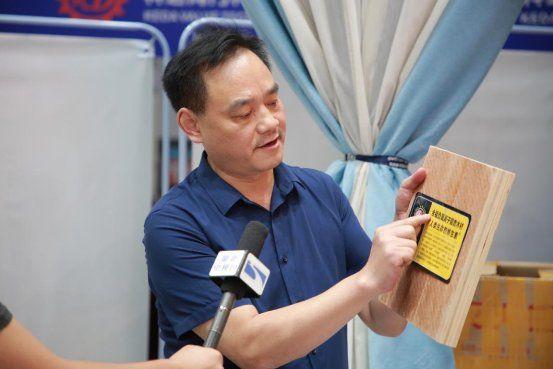 全福科技股份全球总裁刘敏进在介绍负氧离子阻燃木材