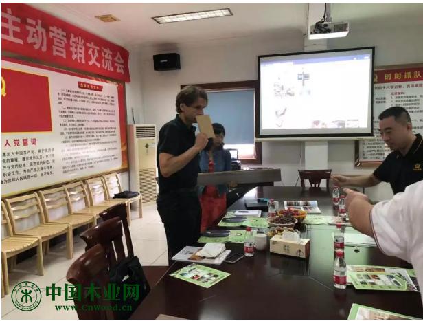 考察团一行参观了永吉产品中心,对永吉的产品进行实地了解
