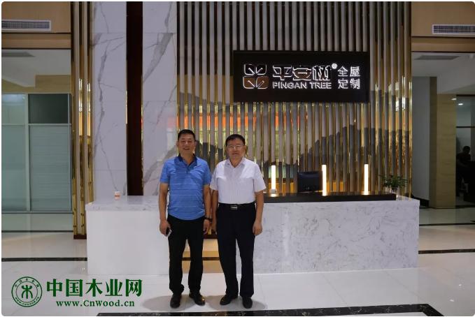 左:平安树董事长崔海明先生右:广西林业产业行业协会理事长李可夫先生
