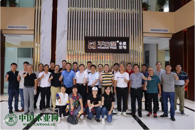 广西林业产业行业协会代表团合影