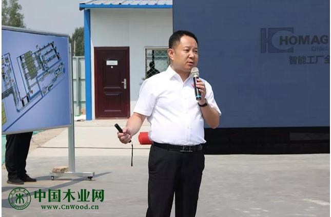 李鑫董事长向滕州市市委书记刘文强、市长马宏伟介绍项目情况