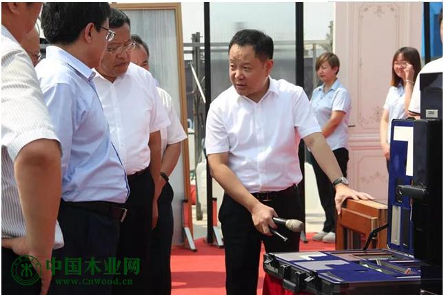 李董向市委市政府领导展示鑫迪产品细节