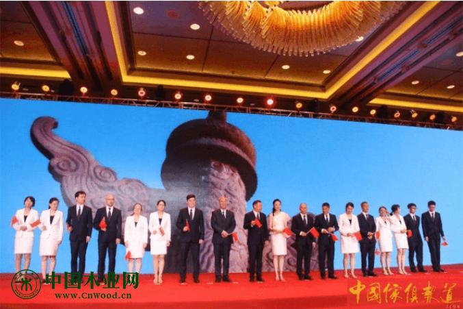 中国家具协会团队整装上台集体共唱《我爱你中国 》,表达对新中国70周年的浓浓情意。