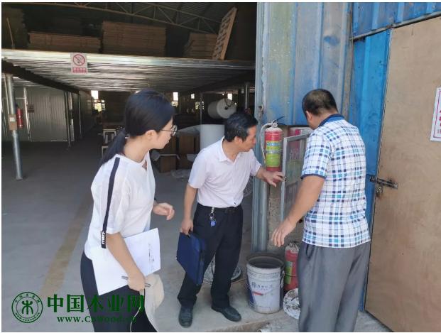副局长兼工会主席申昌亮亲自率队检查家具企业安全生产工作。