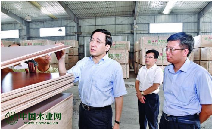 10月10日,玉林市委书记、市人大常委会主任黄海昆深入容县,在卓源木业有限责任公司生产车间调研。