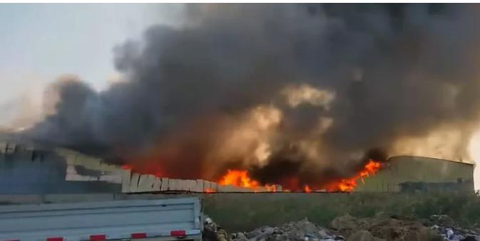 廊坊一家具厂失火,铁皮厂房被烧吱嘎作响!