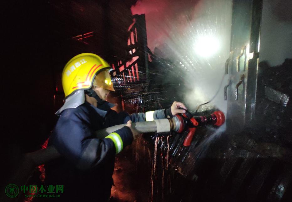 载满木材家具的货车着火情况危急 消防紧急扑灭