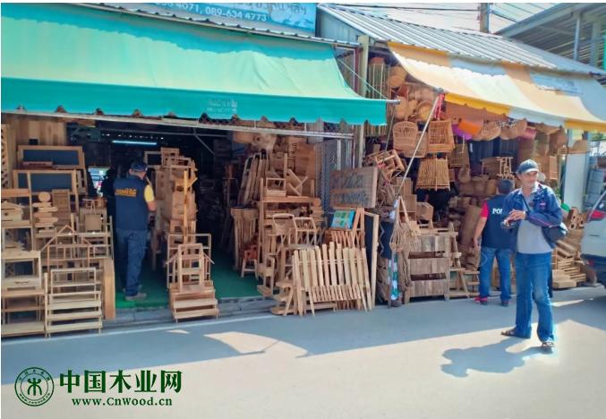 泰国清迈警察突击检查市场违法木材销售
