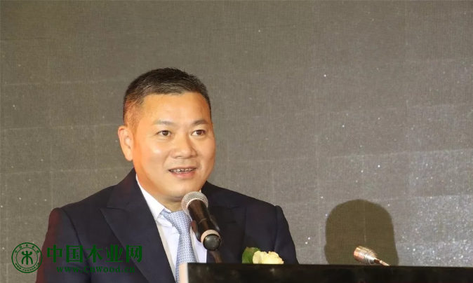 顺德家具协会第八届理事会会长左建华发表就职演讲。