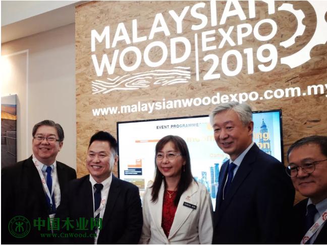马来西亚原产业部长郭素沁女士(中)与《亚洲板材与家具》出版人William Pang (左二)、MTC执行主席拿督卢成全(右二)以及其他主办方要员共同合影