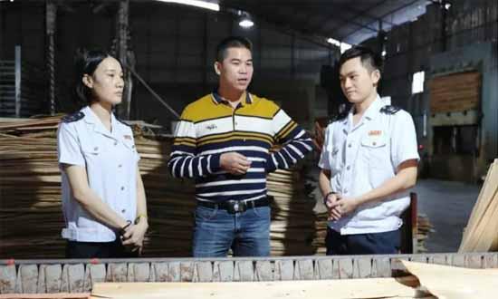 港南区税务局税收管理员到企业生产车间走访,了解生产经营等情况。