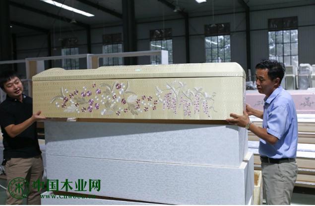 据从业者介绍,日本市场流行轻巧、精美的棺木,特别是棺体外蒙布装饰的布棺。