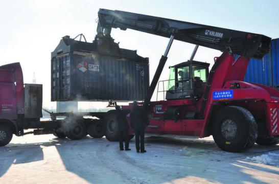 长春兴隆海关工作人员对班列集装箱实施查验。