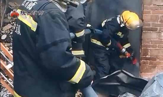 陕西汉中家具厂起火 现场火焰冲天