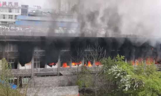突发!云南镇雄县一木材厂发生火灾