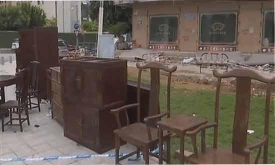 房租未到期房子遭拆除,价值500万红木家具被扔路边?