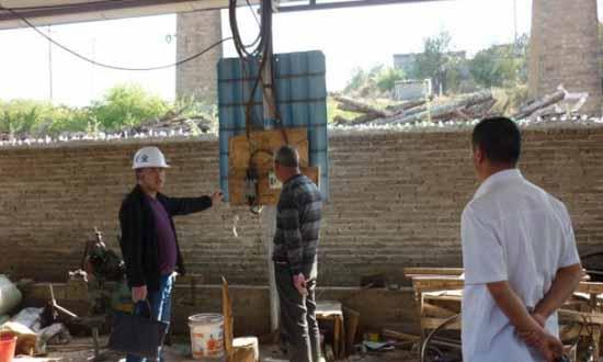 云南省曲靖市沾益区金龙街道对木材加工厂进行安全生产专项检查