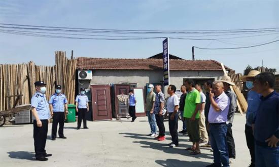 燎原新村派出所号召20余家木材加工作坊经营业主参加消防演练活动