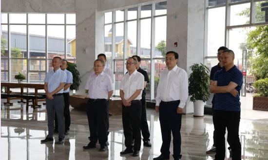 温州市现代集团董事长杨作军一行参观考察青白江国际木材交易中心