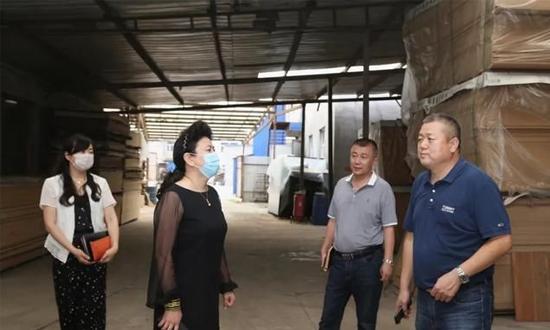 哈尔滨市香坊区常委部长走访家具制造业名牌企业