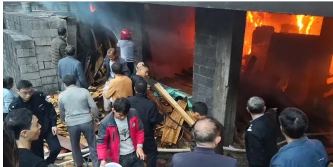 惊险!木材厂不慎起火,屋内一片火海!