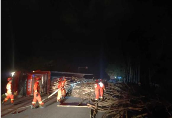 宾阳二级路往邹圩的路上,一辆满载木材的大货车翻车,司机当场死亡!