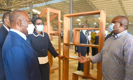 加蓬总统为本国最大的木材工厂揭牌