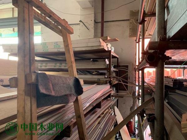 木材乱推、灭火器被挡……金山一建材市场火灾隐患重重被查封