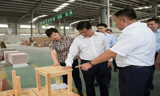 濮阳市清丰县委书记曹拥军调研清丰县家居产业发展情况