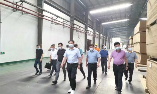 大亚集团陈建军董事长及眭敏总一行亲临大亚人造板工厂视察指导